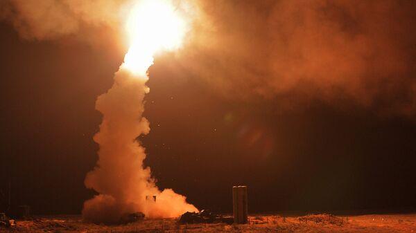 Ночной пуск ракет зенитными ракетными системами С-400 Триумф на полигоне Ашулук в Астраханской области во время тактических учений войск ВКО РФ