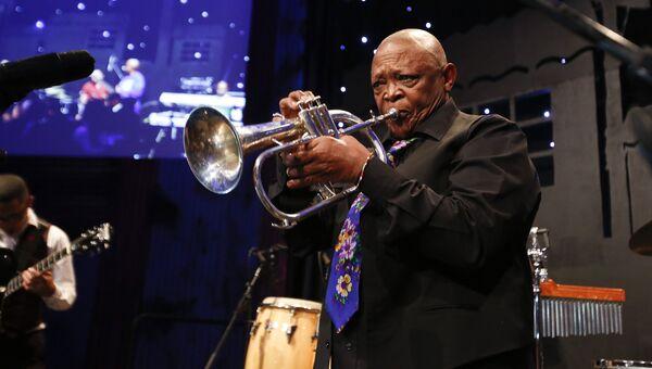 Южноафриканский музыкант Хью Масекела. Архивное фото
