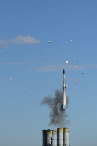 Пуск ракет зенитными ракетными системами С-400 Триумф во время Международных военных учений Боевое содружество на полигоне Ашулук в Астраханской области