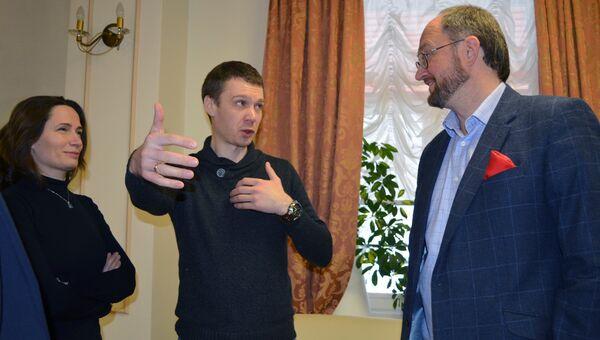 Директор АНО «Детский хоспис» протоиерей Александр Ткаченко (справа) и участник Кибердружины