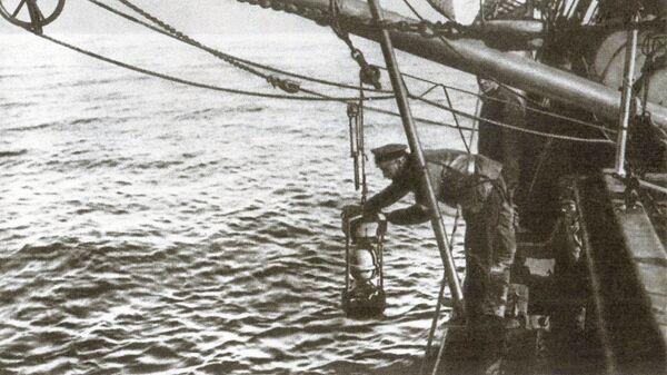 Гидрограф А. В. Колчак измеряет температуру и берет пробы воды на гидрохимический анализ, 1901 год