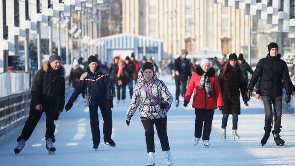 Жители Москвы и гости столицы на льду катка на ВДНХ