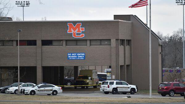 Полиция на месте стрельбы в средней школе округа Маршалл в Кентукки. 24 января 2018