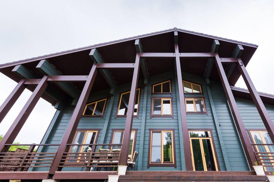 Современный дом из клееного бруса с небольшой террасой