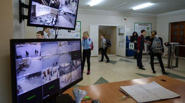 Пост охраны в средней общеобразовательной школе №210 в Новосибирске