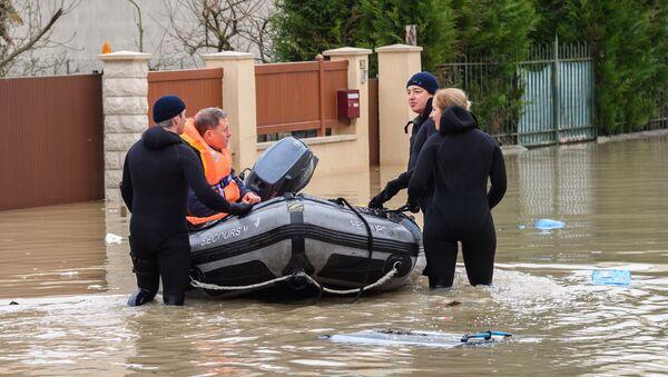 Местные жители переправляются на лодке на одной из затопленной улице в Париже, из-за прошедших ливневых дождей