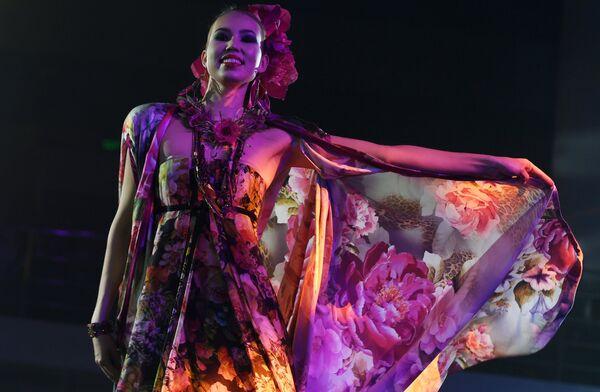 Модель демонстрирует одежду из новой коллекции модельера Вячеслава Зайцева в рамках XX Республиканского конкурса красоты Мисс Татарстан-2018 в Казани