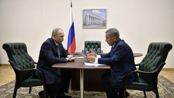 Президент РФ Владимир Путин и президент Татарстана Рустам Минниханов во время встречи