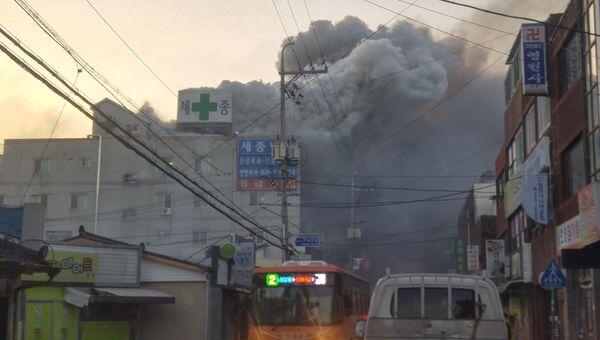 Дым от пожара в больнице имени короля Седжона в городе Мирян, Южная Корея. 26 января 2018 год
