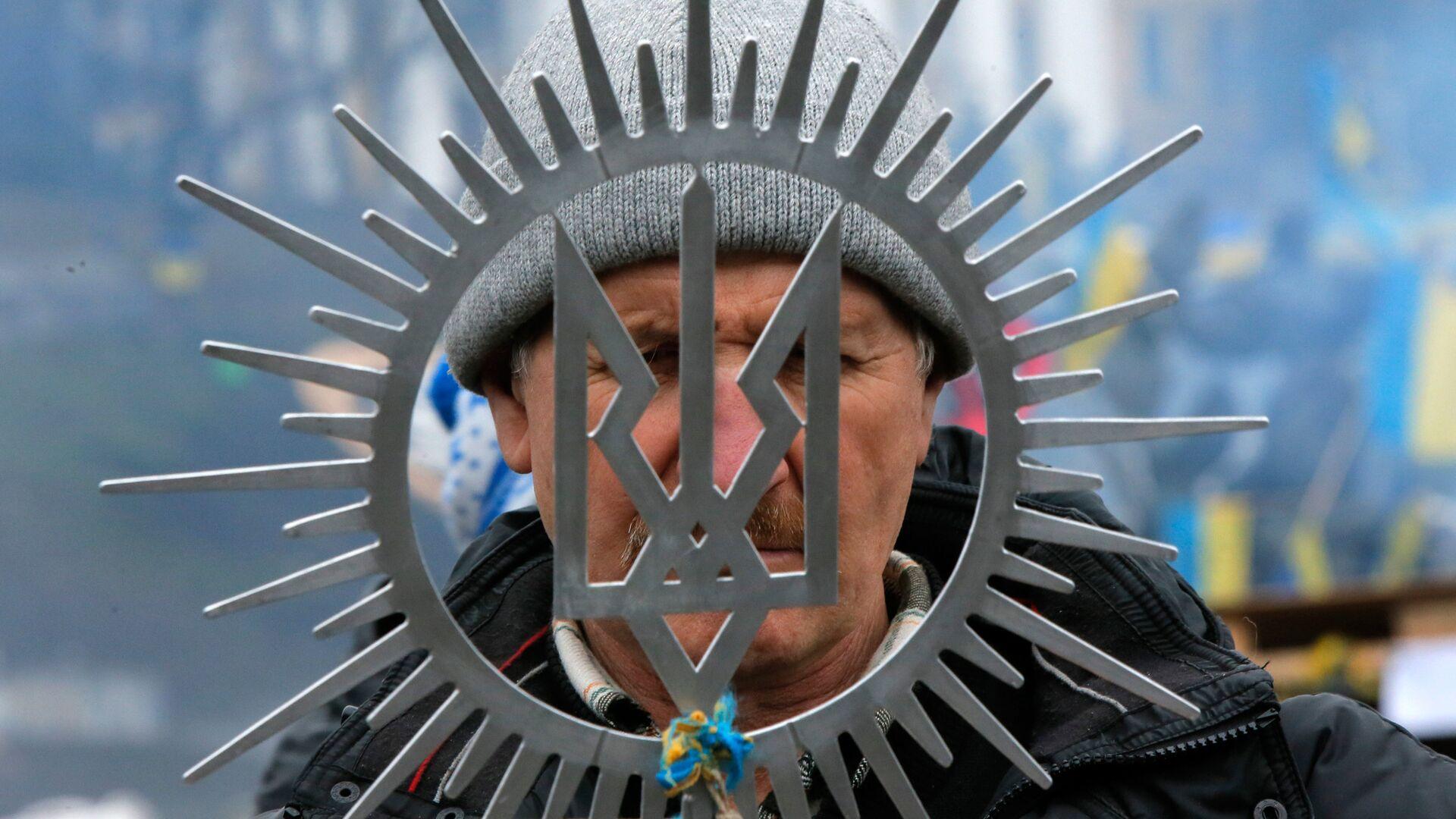 Мужчина с гербом Украины в Киеве - РИА Новости, 1920, 19.02.2021