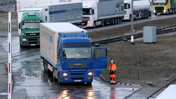 Автопоезда на накопительной площадке ожидания парома Петербург в порту Балтийска (Калининградская область) перед отправкой в первый рейс в Засниц (Германия)