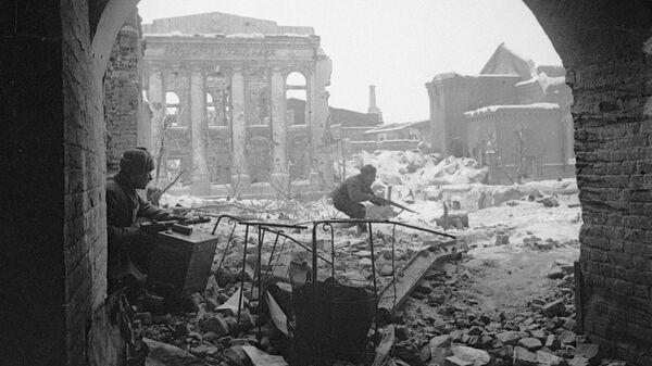 Воины Красной Армии ведут бой на улицах Сталинграда