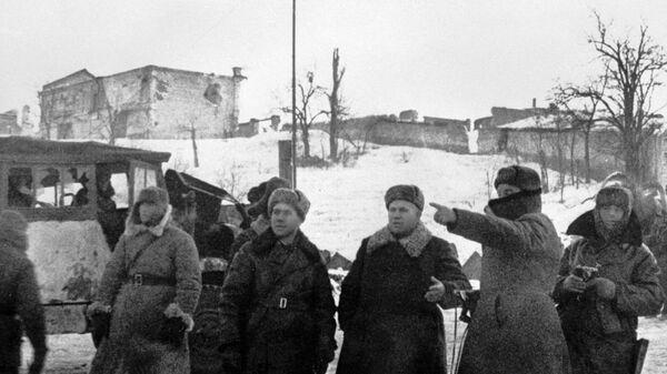 Генерал-лейтенант Никита Сергеевич Хрущев (3 слева) на одной из улиц Сталинграда после освобождения города от немецко-фашистских захватчиков