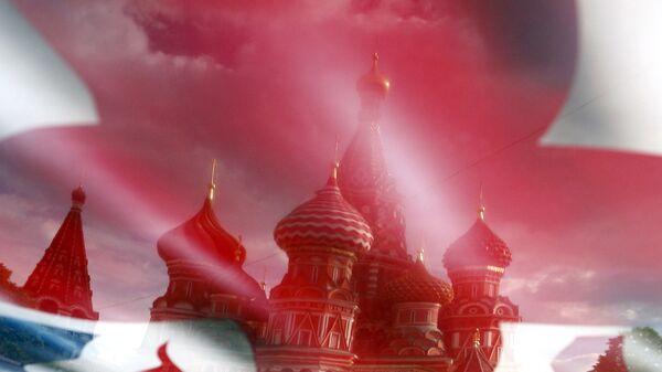 Отражение Собора Василия Блаженного в изображении флага Великобритании