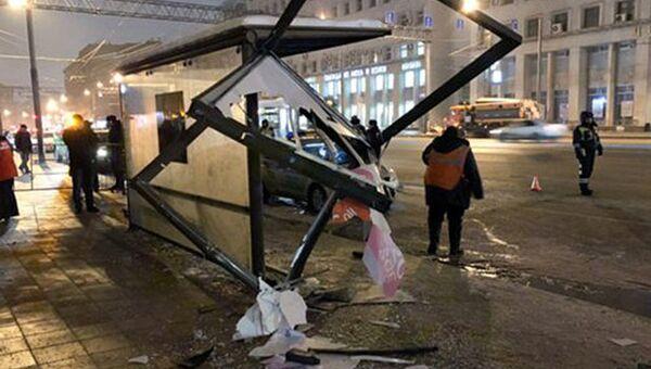 Последствия наезда автомобиля Ford Explorer на остановку на проспекте Мира