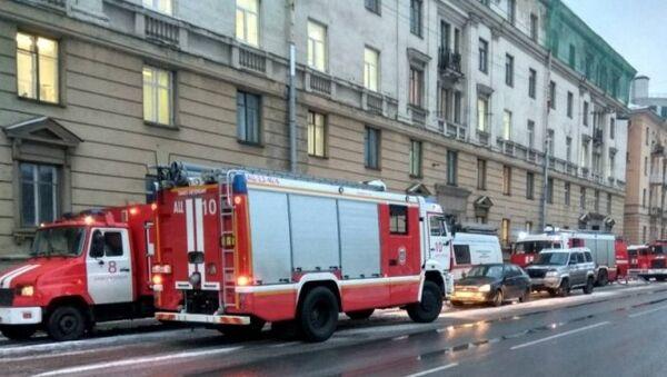 Пожарные машины около Военно-космической академии имени Можайского в Санкт-Петербурге, где произошел пожар. 29 января 2018