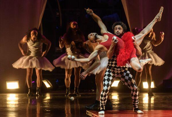 Артисты в сцене из спектакля La Verita в постановке Даниэля Финци Паски на сцене БДТ им. Товстоногова в Санкт-Петербурге