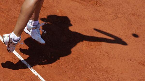 Теннисистка во время тренировки