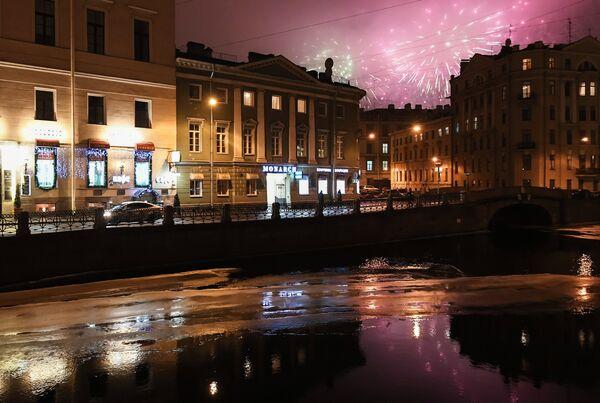 Салют в честь годовщины снятия блокады Ленинграда