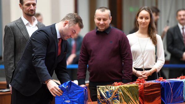 Кандидат в президенты РФ от партии Социальная защита Михаил Козлов во время передачи подписей в ЦИК РФ. 31 января 2018