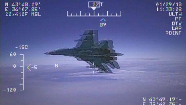 Стоп-кадр видео перехвата американского самолета-разведчика EP-3 над Черным морем