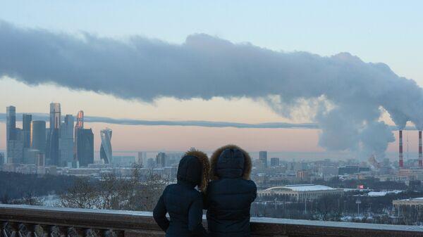 Люди на смотровой площадке в Москве