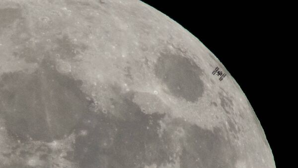 Международная космическая станция пролетает мимо Луны во время полнолуния. 30 января 2018 года