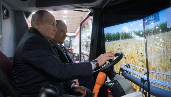 Владимир Путин во время посещения ОАО Ростсельмаш в ходе рабочей поездки в Ростов-на-Дону. 1 февраля 2018