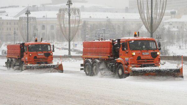 Снегоуборочная техника коммунальных служб Москвы во время ликвидации последствий сильного снегопада. 4 февраля 2018