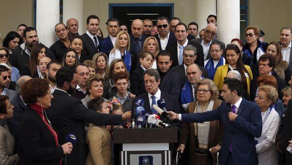 Действующий президент Кипра, кандидат от партии ДИСИ Никос Анастасиадис выступает перед журналистами на избирательном участке в Никосии. 4 февраля 2018