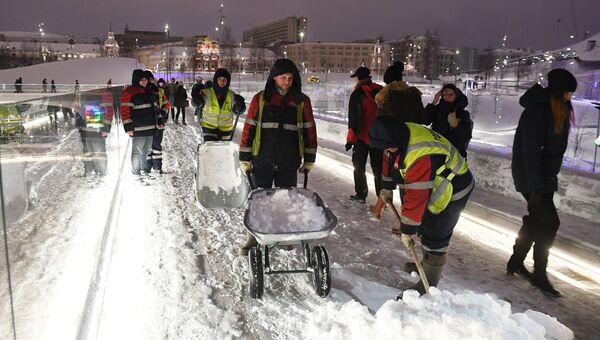 Сотрудники коммунальных служб во время уборки последствий снегопада в парке Зарядье. 4 февраля 2018