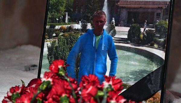 Цветы в память о погибшем летчике майоре Романе Филипове у здания министерства обороны РФ в Москве. 5 февраля 2018