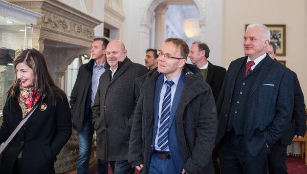 Участники немецкой делегации депутатов от партии Альтернатива для Германии осматривают достопримечательности Ливадийского дворца в рамках своего официального визита в Крым. 5 февраля 2018