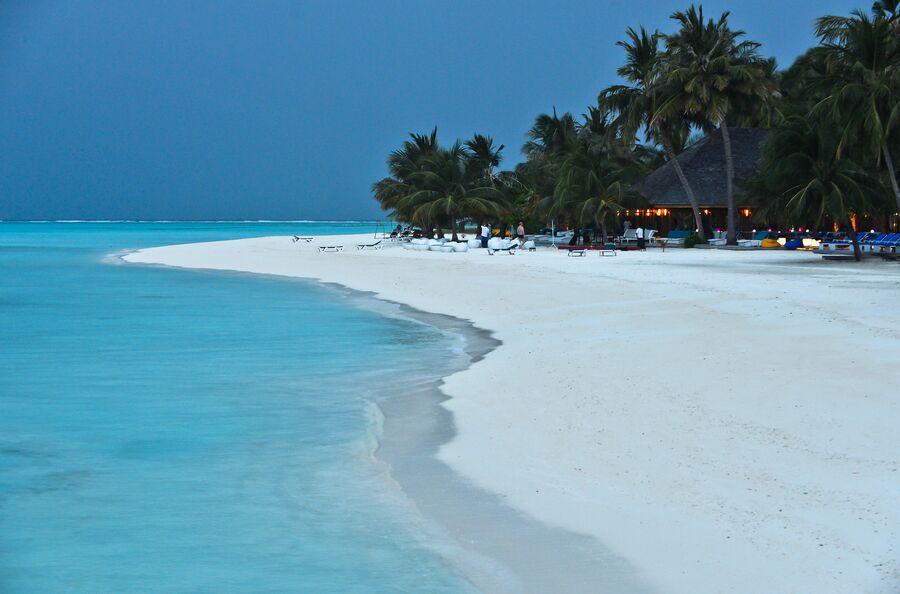 На пляже отеля Meeru Island Resort & Spa на Мальдивах