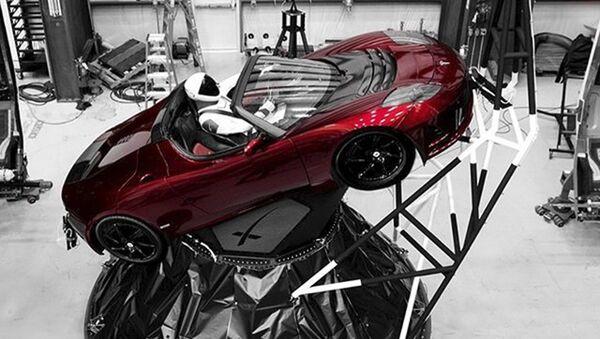 Манекен «Starman» за рулем автомобиля Tesla Roadster, который был запущен в космос при помощи ракеты Falcon Heavy из Космического центра им. Кеннеди на мысе Канаверал