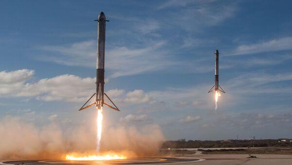 Посадка двух боковых сегментов ракеты-носителя Falcon Heavy американской компании SpaceX с мыса Канаверал в штате Флорида