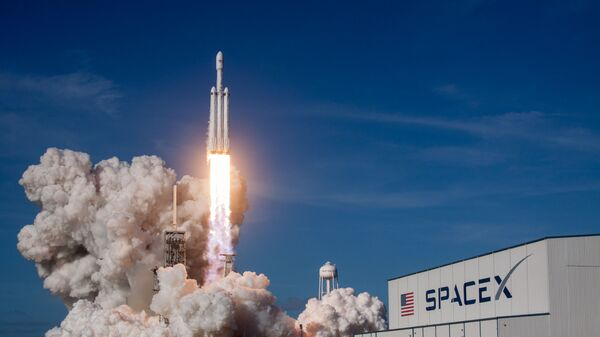 Cтарт ракеты-носителя Falcon Heavy с космодрома на мысе Канаверал