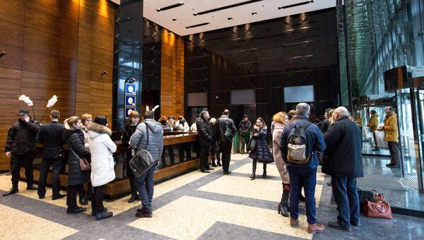 Сотрудники газеты Вести в холле бизнес-центра Гулливер. 8 февраля 2018