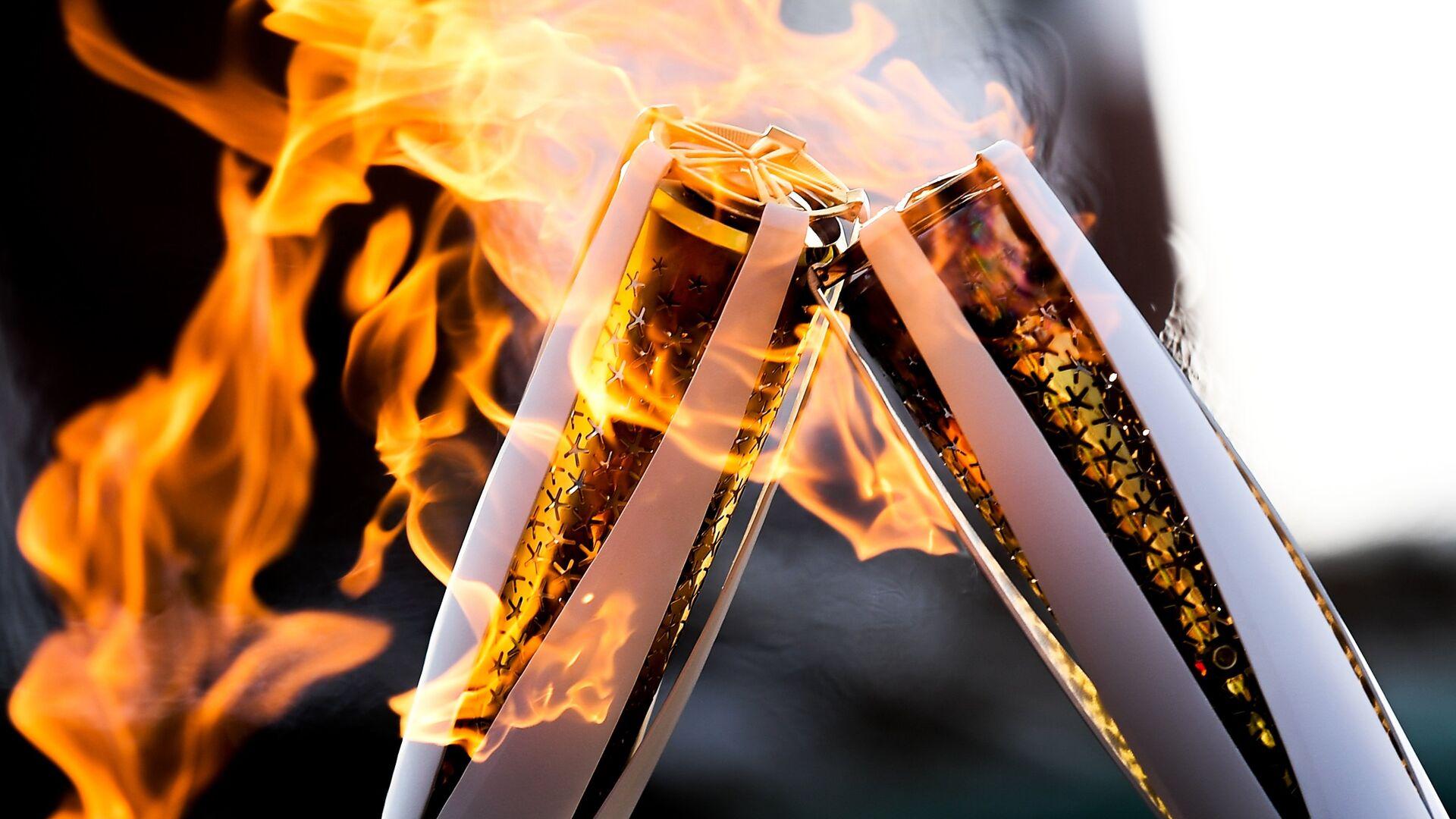 Факелы с Олимпийским огнём во время эстафеты в Пхенчхане - РИА Новости, 1920, 25.03.2021