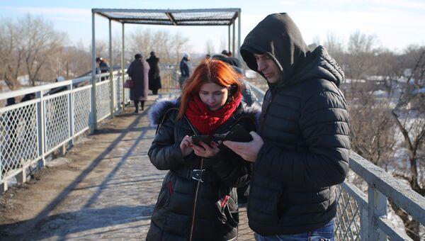 Жители ДНР пытаются поймать сигнал сети Vodafone Ukraine в Донецке. Архивное фото