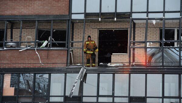 Сотрудники МЧС ликвидируют последствия взрыва газового баллона в жилом многоэтажном доме на улице Репищева, дом 10 в Санкт-Петербурге. 9 февраля 2018