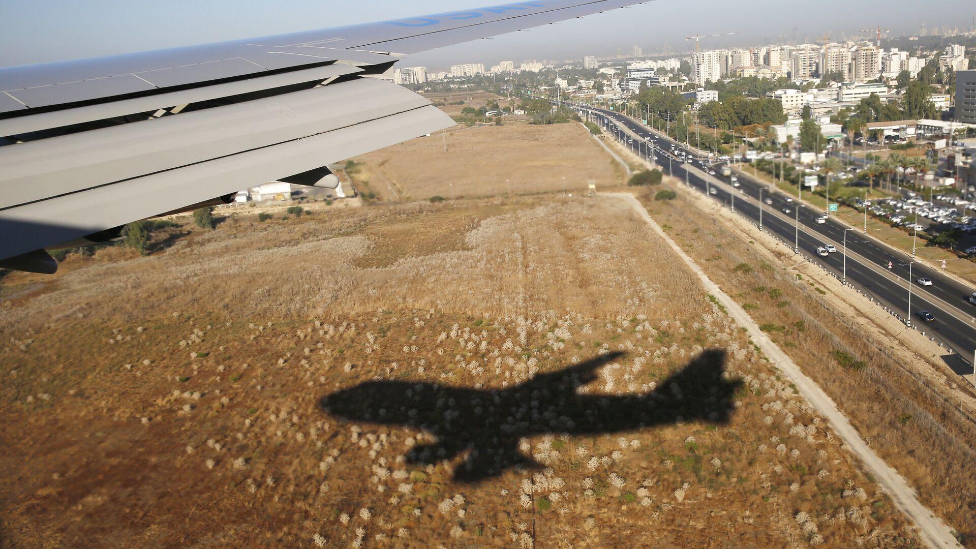 Тень от самолета, прилетающего в международный аэропорт Бен-Гурион в Тель-Авиве, Израиль - РИА Новости, 1920, 13.05.2021
