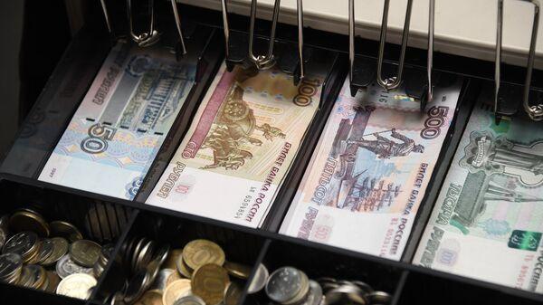 Деньги в кассовом аппарате. Архивное фото