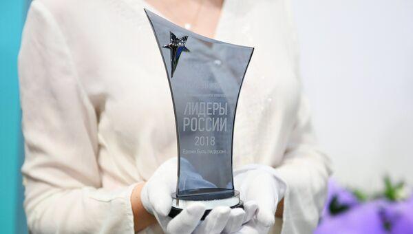 Статуэтка победителя конкурса Лидеры России