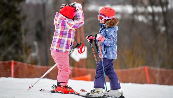 Дети катаются на горных лыжах. Архивное фото