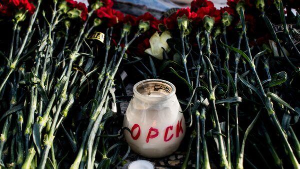 Цветы в память о жертвах крушения Ан-148 в Оренбурге. Архивное фото