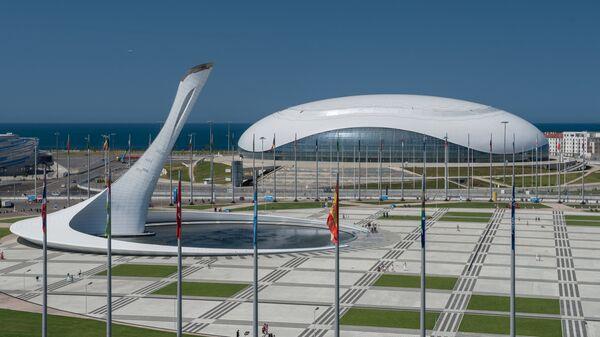 Ледовый дворец Большой и чаша олимпийского огня в Олимпийском парке в Сочи