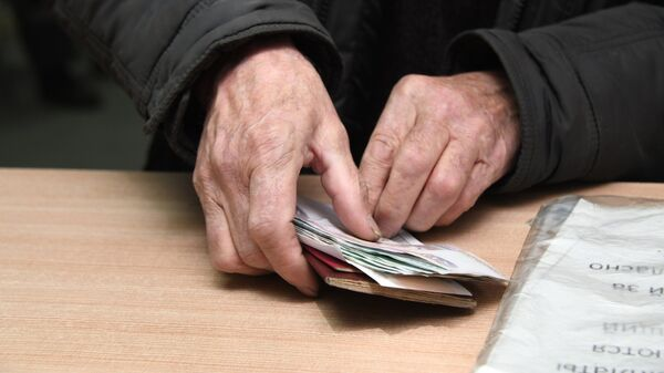 Мужчина с полученной пенсией на почтамте