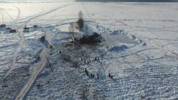Сотрудники МЧС России в Раменском районе Московской области, где самолет Ан-148 Саратовских авиалиний рейса 703 Москва-Орск потерпел крушение