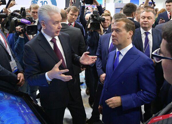 Мэр Москвы Сергей Собянин и Дмитрий Медведев во время осмотра выставочных стендов ряда регионов на Российском инвестиционном форуме Сочи-2018